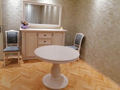 Кръгла разтегателна маса от дъб с релефна текстуре, боядисана в бяло
